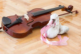 Violin and ballet shoes — Stock Photo