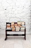 Książki na stare drewniane ławki — Zdjęcie stockowe