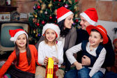 Famiglia felice festeggia il natale — Foto Stock
