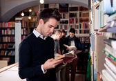 Kitaplığındaki kitap okumak — Stok fotoğraf