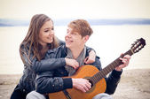 Happy teen couple — Stockfoto