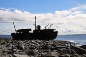 Skeppsbrott båt i inisheer, aran-öarna — Stockfoto