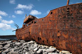 Vermelha ferrugem na velha afundou o barco em inisheer, ilhas aran — Foto Stock