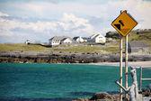 Nebezpečí dopravní značka v inisheer village, irsko — Stock fotografie