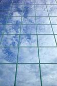 云层和蓝蓝的天空反映在玻璃幕墙 — 图库照片