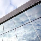 Nuvole riflettono nelle finestre della palazzina uffici — Foto Stock