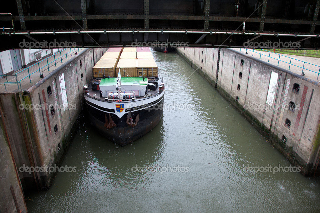 Container Schiff In Schleuse Stockfoto 32770503