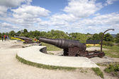 Canons and tourists on the fortification island suomenlinna — Foto Stock