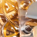 tandwielen en drijfveer in het mechanisme van een zakhorloge — Stockfoto