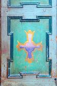 Ornament w kształcie krzyża na starych drzwi — Zdjęcie stockowe