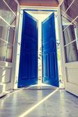 Solljus genom den öppna dörren — Stockfoto