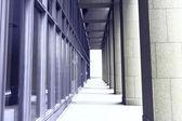 столбцы на фасад современного банка — Стоковое фото