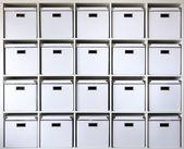 Boîtes en carton sur les tablettes — Photo