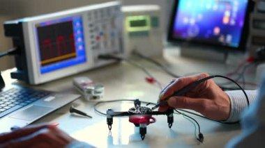 Adjusting quadrocopter electronic laboratory — Stock Video