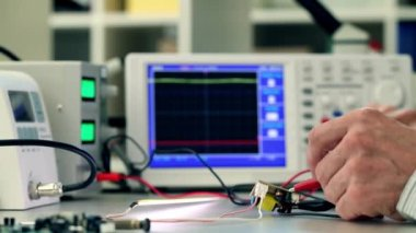 Repair of the electronic device,  soldering a semiconductor element — Vidéo