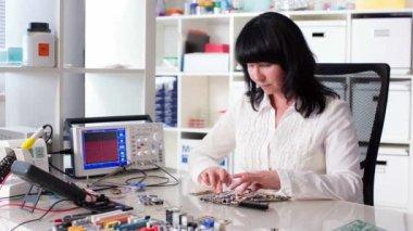 Woman installs Computer — Stock Video