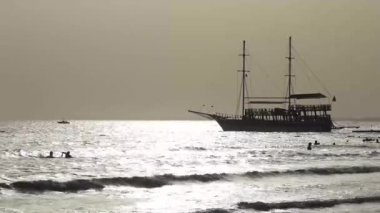 Sailing ship and surf on the beach — Stock Video