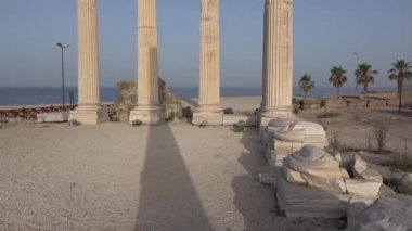 The ruins of ancient buildings, the classic Greek columns — Vidéo