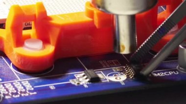 Replacement smd element on pcb plate with  technology soldering hot air — Vídeo de Stock