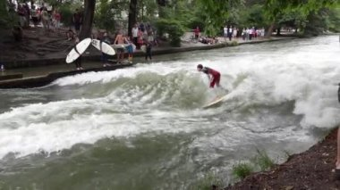 River surfing spot in Munich — Stock Video