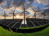 панели солнечных батарей с ветровых турбин — Стоковое фото