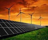 Paneles de energía solar con las turbinas de viento — Foto de Stock