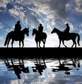 Atlı siluet kovboylar — Stok fotoğraf