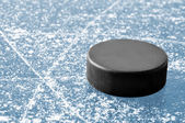 Svart hockey puck — Stockfoto