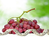 Grapes with measuring tape — Stockfoto