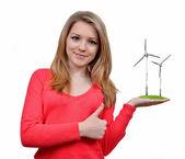 Flicka håller i hand vindkraftverk — Stockfoto