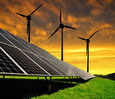 Energia słoneczna panele z turbin wiatrowych — Zdjęcie stockowe