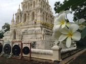 Buddhist temple and flower view. Thailand, Chiangmai. — Stock Photo