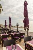 Кафе в южном городе на пустынном пляже в первой половине дня — Стоковое фото