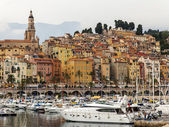 France , Menton, 15 October 2013 . The typical tourist sight : the old town and the port with moored yachts. — Stock Photo