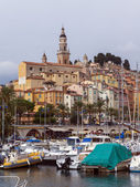 France, Cote d'Azur, Menton. View of the old town and numerous yachts moored in the city's port foggy autumn day — Stock Photo