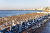 Mediterrane, französische riviera. küste in nizza. stühle auf der promenade, wandte sich in richtung meer — Stockfoto