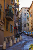 France , Cote d'Azur . Nice, narrow street of the old town , and you men late in the season — Photo