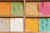 Francia, provenza, 17 de octubre de 2013. jabón natural en el mostrador del mercado de la ciudad en la riviera francesa. — Foto de Stock