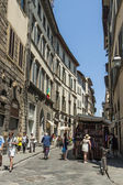 Florence, Italy , June 23, 2012 . Tourists on city streets to see the sights of Florence — Stock Photo