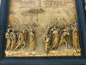 флоренция, италия. собор санта-мария-дель-фьоре, (санта-мария-дель-фьоре, дуомо флоренции), архитектурные детали, барельеф на медной пластинке — Стоковое фото