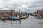 Amburgo, Germania, 19 febbraio 2013. innumerevoli diverse navi ormeggiate sulle rive del canale all'ingresso alla zona acqua del porto di Amburgo — Foto Stock