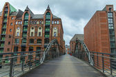 Hamburg, niemcy, zm. 19 lutego 2013 roku. most nad kanałem i stare budynki magazynów i biur w zabytkowym mieście zachmurzony zima pogoda — Zdjęcie stockowe