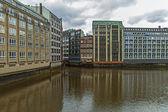 Hamburg, niemcy, zm. 19 lutego 2013 roku. zobacz kanał i stare budynki magazynów i biur w zabytkowym mieście zachmurzony zima pogoda — Zdjęcie stockowe