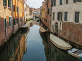 Venezia, Italia, 20 giugno 2012. strada - tipico della città Vedi canale — Foto Stock