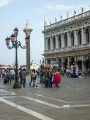 Venice, Italy, June 20, 2012 . Tourists from different countries are walking on Piazza San Marco summer hot day — Stock Photo