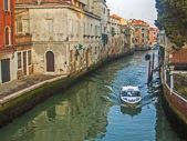 ベニス, イタリア、2012 年 6 月 21 日。ヴェネツィアの運河の上の朝の霧 — ストック写真