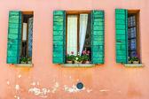Design tipico di venezia, italia, della finestra della vecchia casa veneziana — Foto Stock