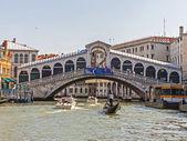 ベニス、イタリア、観光客、チャネルを介してゴンドラに乗る — ストック写真