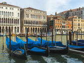 Venice, Italy . View of the piers for gondolas — Foto de Stock