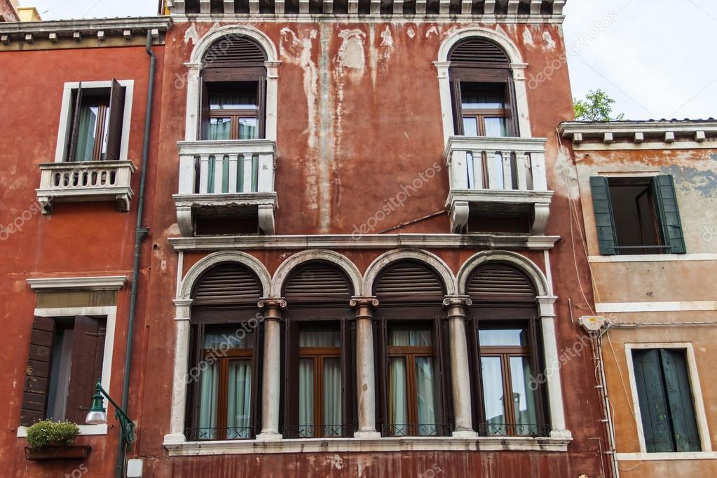 Conception typique de venise en italie de la fen tre de for Maison italienne architecture